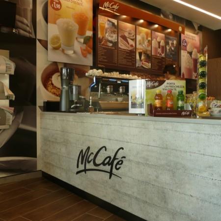 Realizzazioni arredamento su misura negozi bar for Negozi arredamento rimini