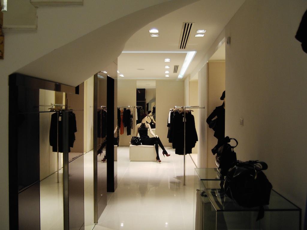Arredamento su misura per negozi arredouno srl for Arredamento bari